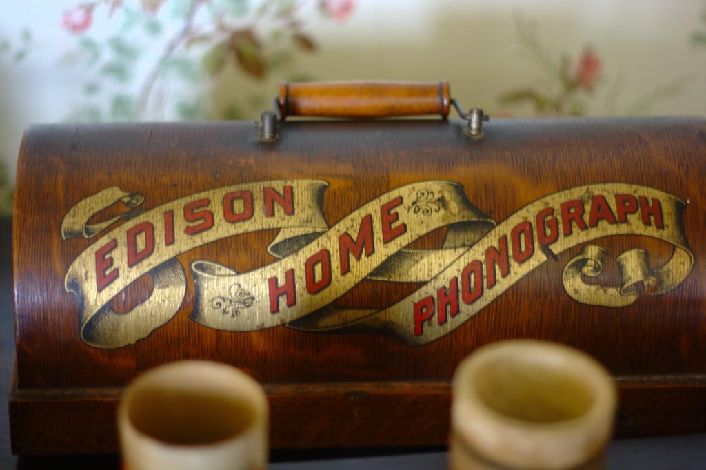 """Edison phonograph case"", fotografía de Ian Turton"