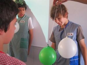 Los globos se repelen a causa de las cargas eléctricas