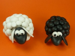 """Black Sheep vs White sheep"", de Leon Riskin (Flickr)"