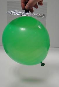 El globo como demostración del funcionamiento del electróforo
