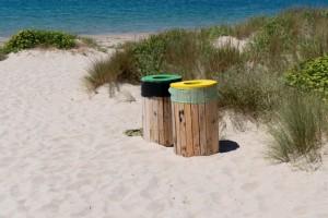 Papeleras en la playa